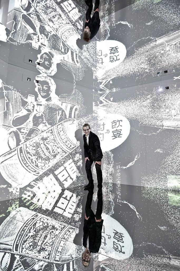 El artista Charles Sandison posando en su instalación de arte 'A tale of two families'