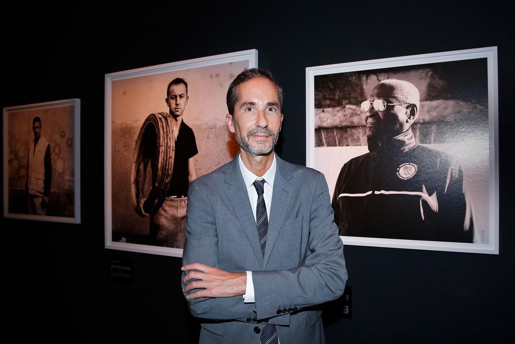 Herve Mikaeloff, ministro del Hennessy 250 Tour, posa delante de los retratos de Anton Corbijn
