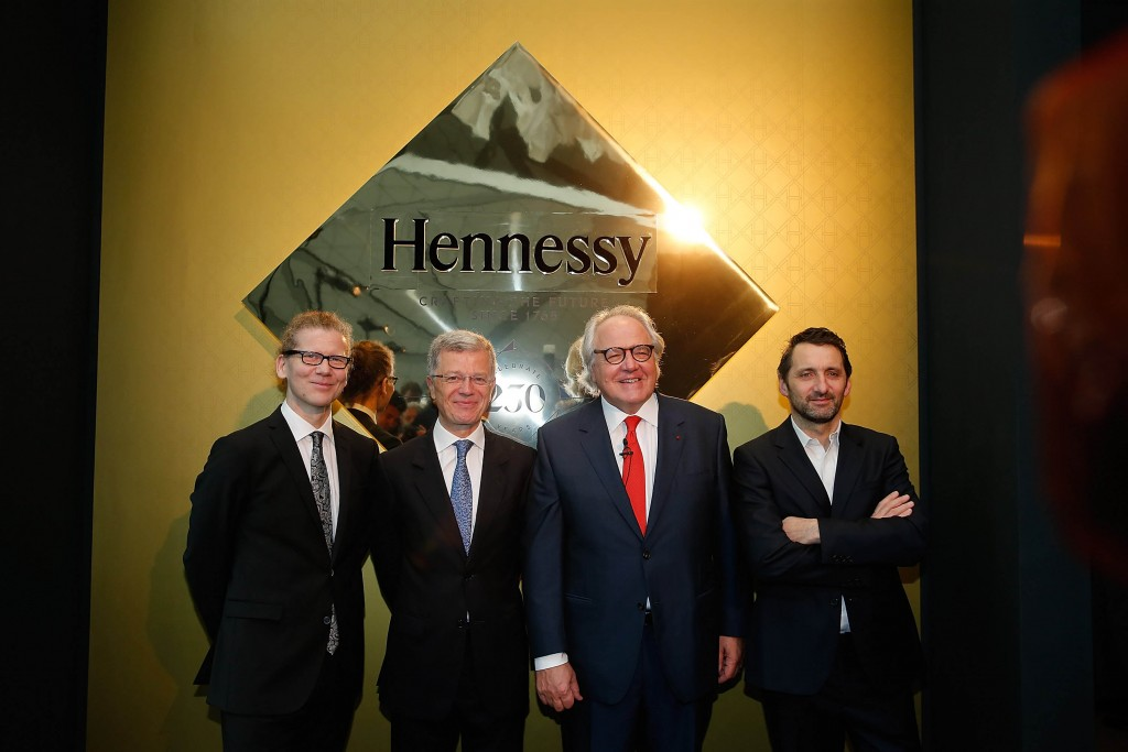 El artista Charles Sandison, Chairman, el CEO de Hennessy Bernard Peillon, el CEO de Moet Hennessy Christophe Navarre y el artista Xavier Veilhan