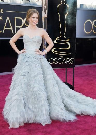 Amy Adams con este impresionante vestido en escote corazón y gran falda.