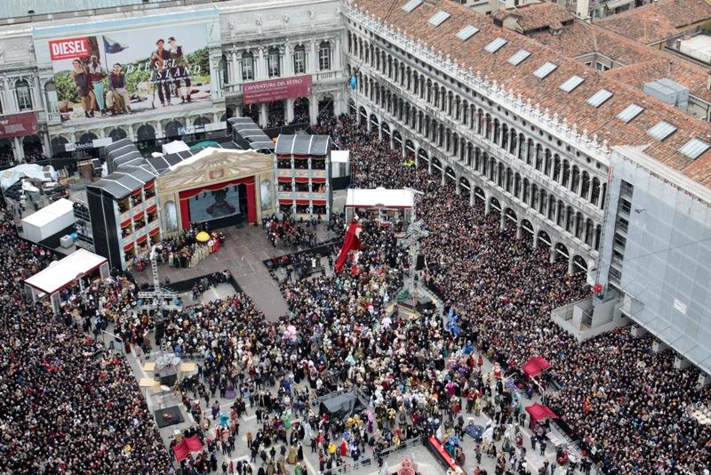 """27.02.2011 Venezia, Piazza San Marco. Carnevale di Venezia 2011: """"Il volo dell'Angelo"""" (Silvia Bianchini). © Italo Greci/Unionpress"""