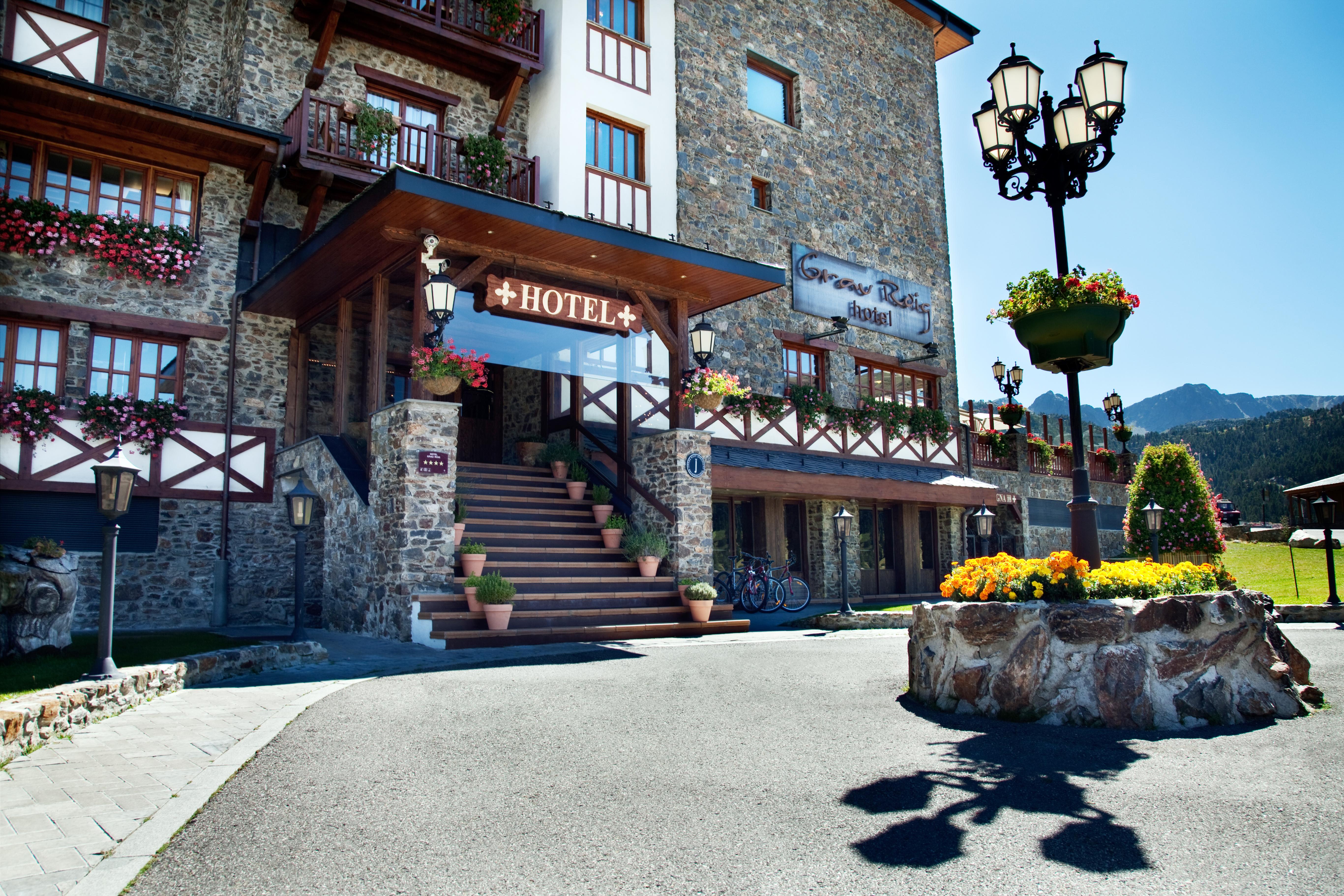 Grau-Roig_entrada_hotel_verano