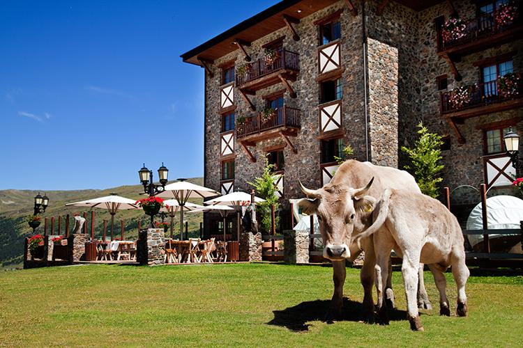 Grau-Roig_terraza_verano_hotel-andorra-viajes-de-lujo