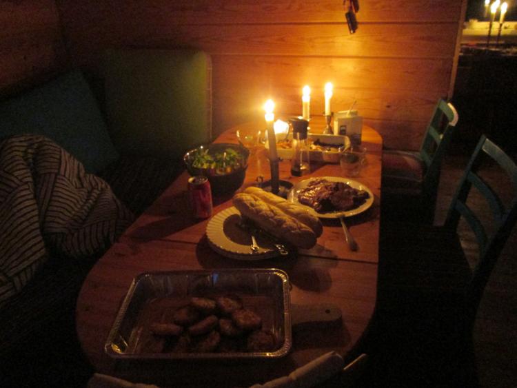 Atmósfera habitual para una cena casera con amigos en Dinamarca