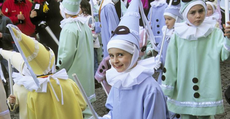 Niños participando en las desfiles y carrozas