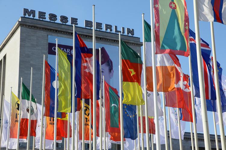 El recinto ferial berlinés da la bienvenida a todo el mundo, literalmente, en la feria ITB