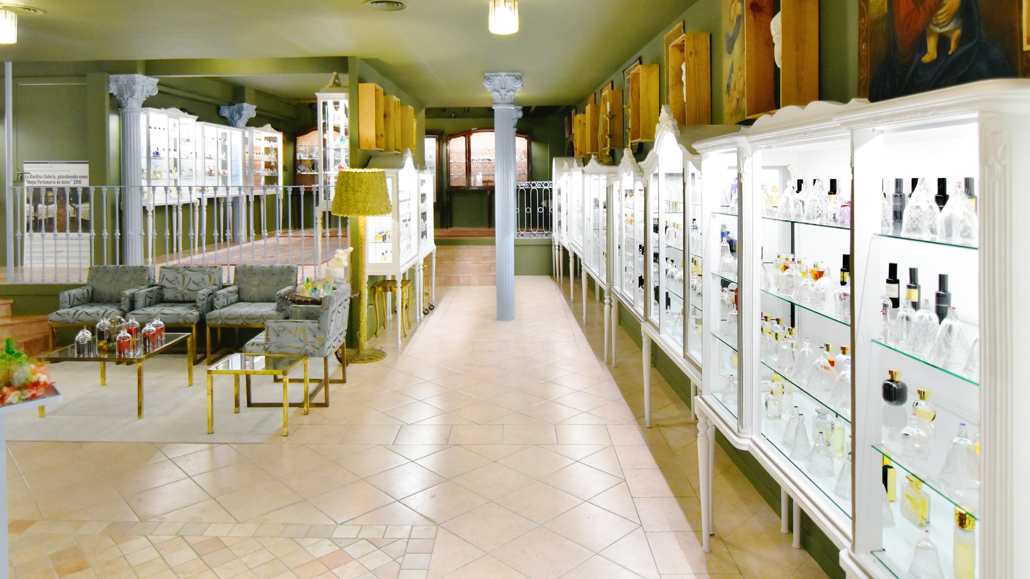 Más de 110 perfumes de autor están a disposición de los clientes de La Basílica. La muestra de cada fragancia se muestra en una capa de cristal, para que pueda