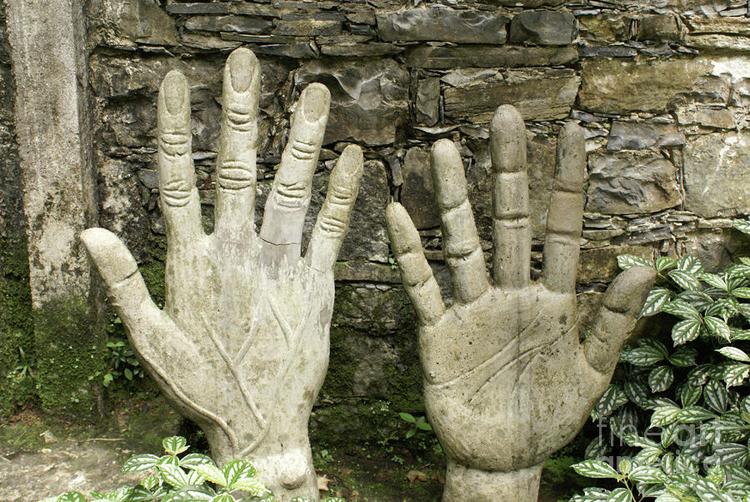 """La escultura de las Manos del Gigante es una invitación a hacer el recorrido con """"el corazón puro y las manos limpias de pecado"""""""