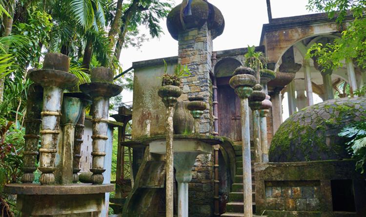 Todo el Jardín está plagado de formas arquitectónicas de lo más caprichosas, tanto como enormes columnas que no sostienen nada
