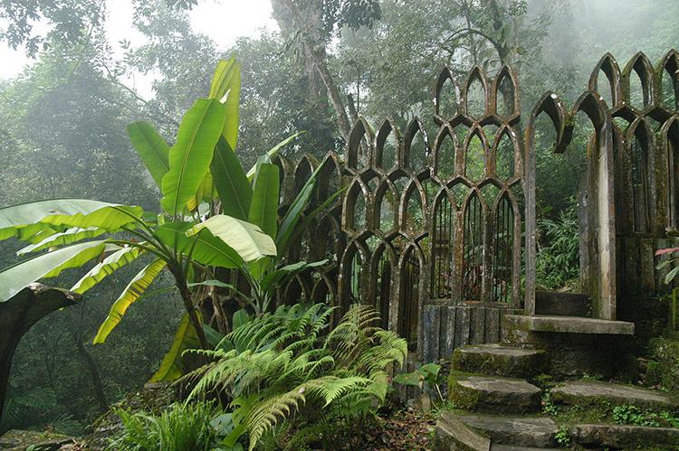 ¿Puede haber algo más surrealista que una arquería gótica en medio de la jungla tropical?
