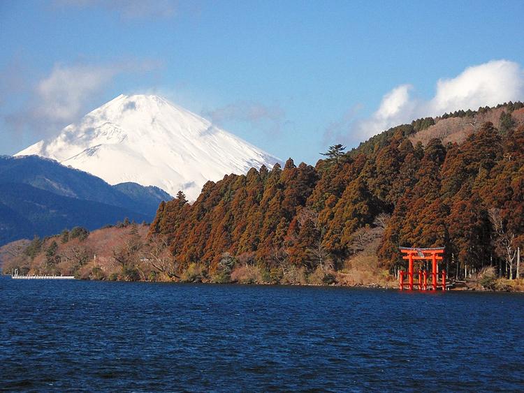 Lago Ashi con la entrada monumental al santuario Hakone Jinja y al fondo el Monte Fuji
