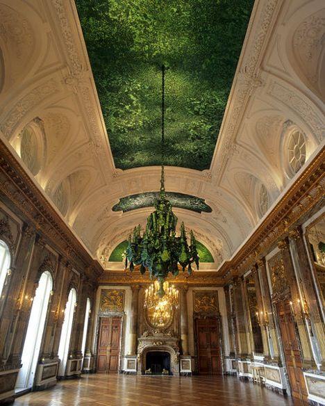 Sala de los espejos decorada con más de 1 millón cuatrocientos mil escarabajos