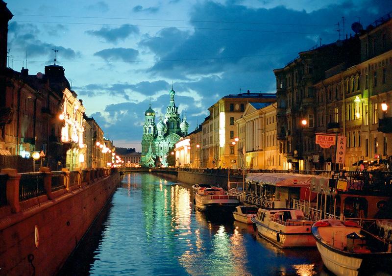 Aspecto nocturno de San Petersburgo en verano