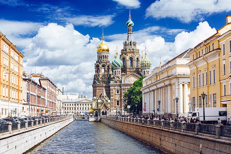 Es obligado navegar por los canales de San Petersburgo y llegar hasta la iglesia del Salvador sobre la Sangre Derramada