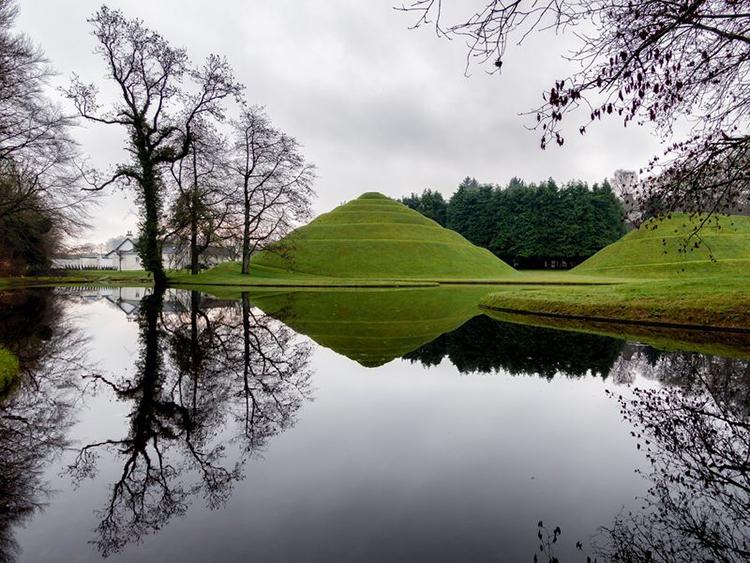 El agua de los estanques sirve para reflejar la naturaleza, el firmamento y también la geometría creada por el hombre