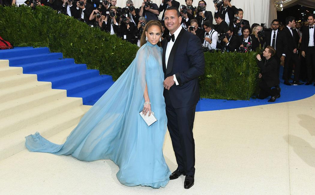 Jennifer Lopez con un vestido de Valentino.