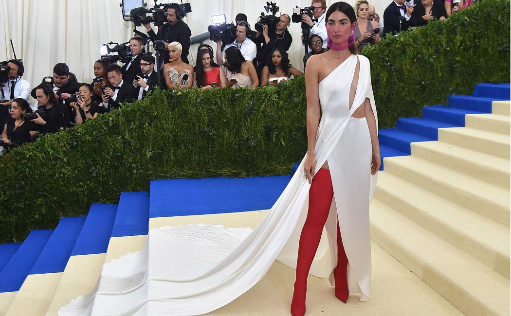 Lili Aldridge con un arriesgado vestido de Ralph Laurent y botas rojas de Balenciaga