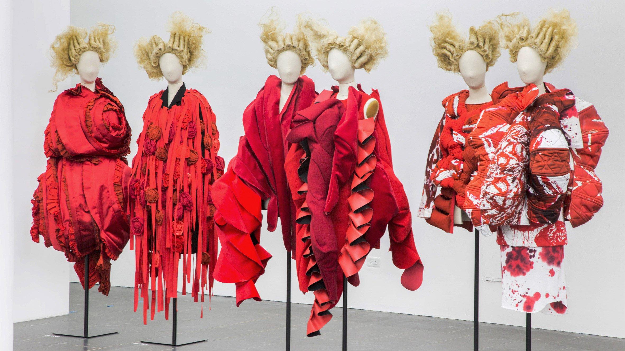 """exposición Comme des Garcons """"in-between Rei Kawakubo en el Metropolitan Museum of Art"""