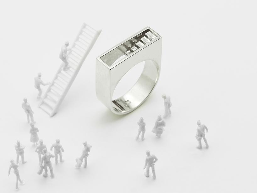 """El anillo """"Stair"""" forma parte de la serie arquitectónica de Artur Dabrowski y representa el tema del ascenso y el descenso"""