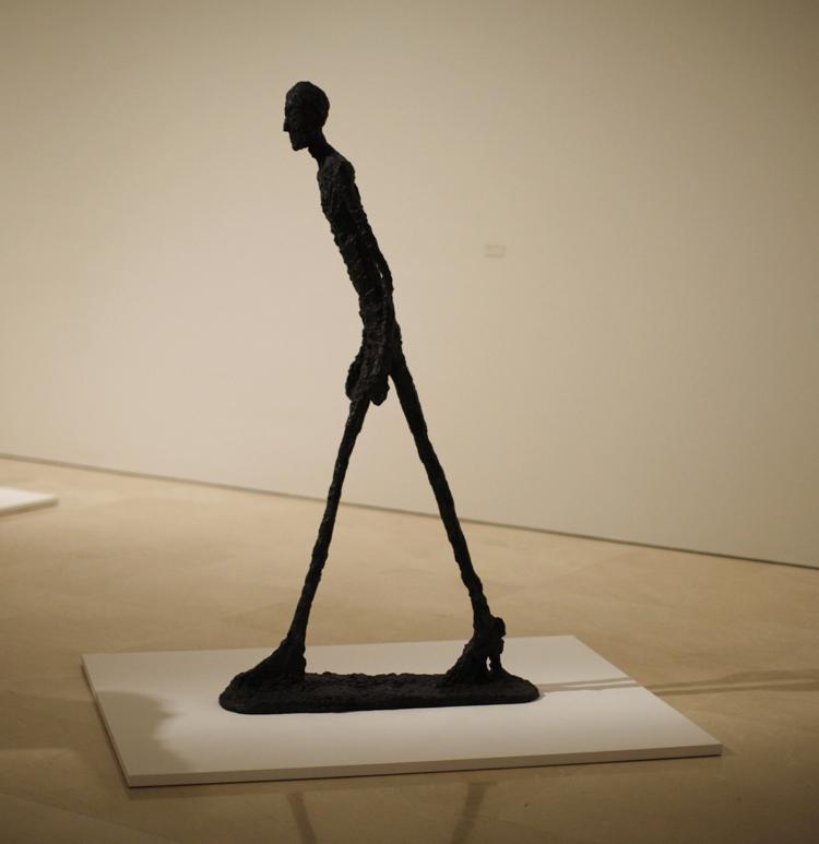 Célebre escultura Hombre que camina I