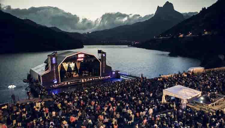 Escenario flotante y auditorio de Pirineos Sur