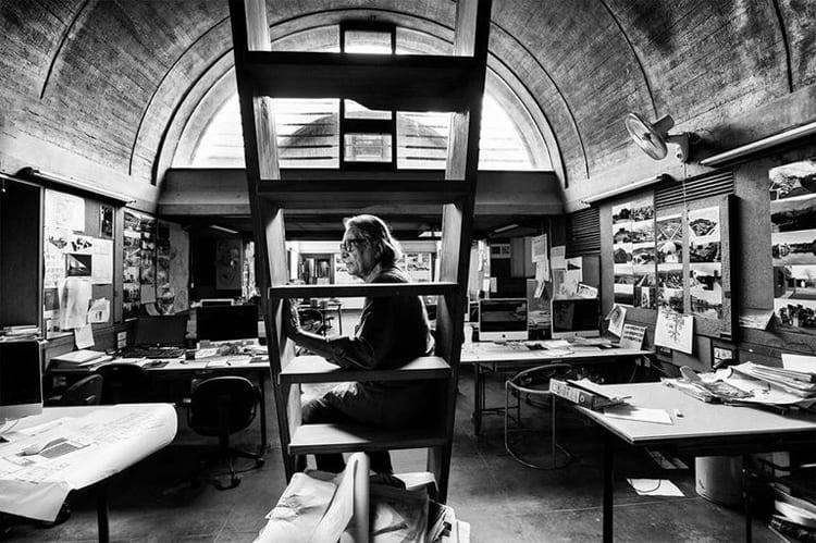 El arquitecto indio Balkrishna Doshi trabajando en su estudio