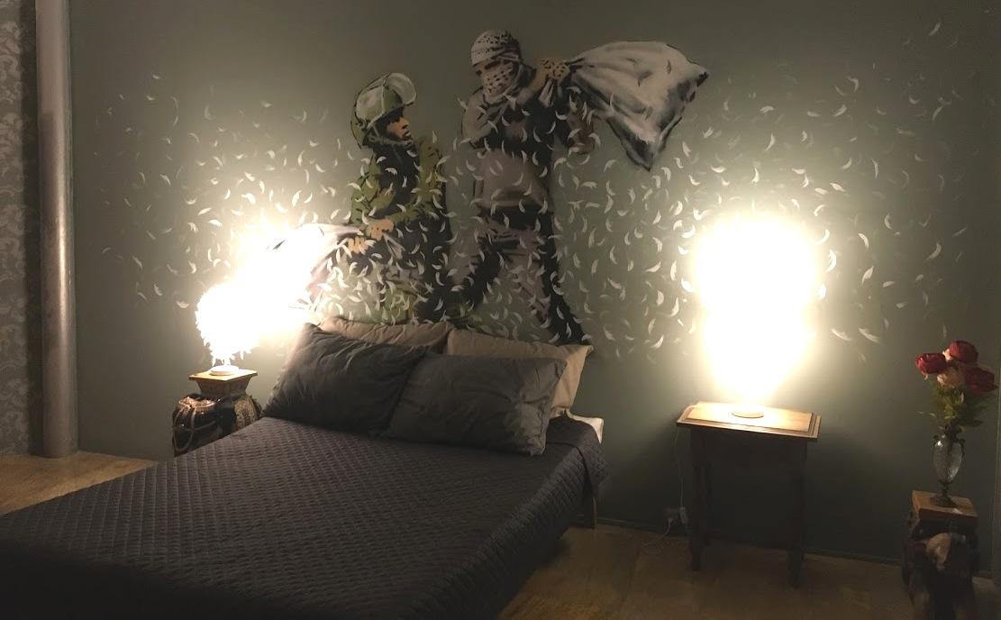 Bansky-guerra-de-almohadas-hotel-walled-off-magazinehorse-