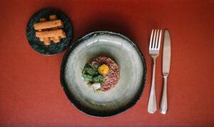 pauly-saal-restaurante-berlin-steak-tartar-magazine-horse